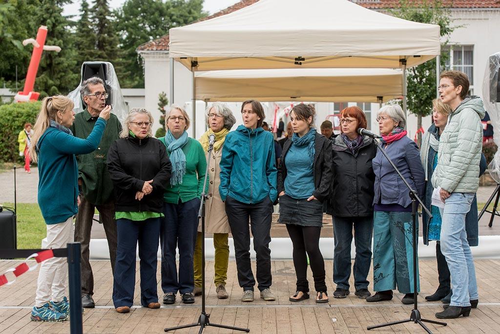 Der Berliner Jodelchor unter Leitung von Ingrid Hammer beim Sommerfest der Albert Schweitzer Stiftung in Blankenburg